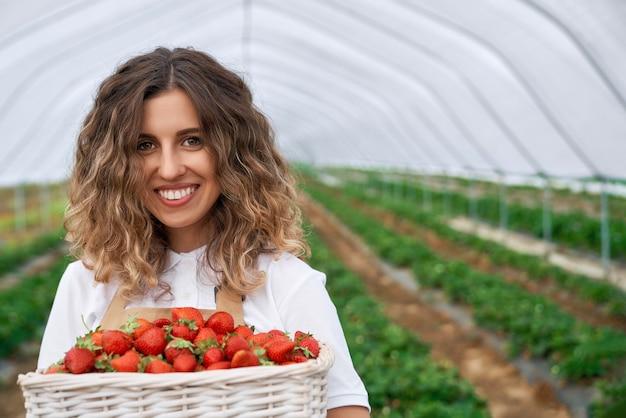 Morena sostiene canasta grande con fresas