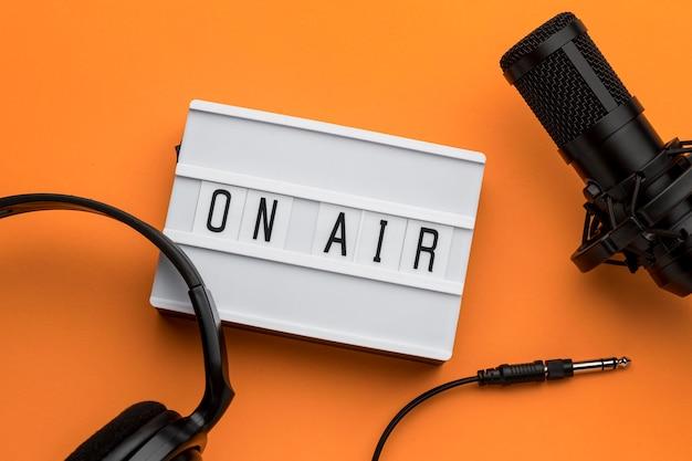 Morning on air radio stream y café con micrófono y auriculares