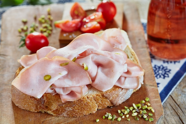 Mortadela en pan fresco