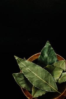 Mortero con hojas de laurel