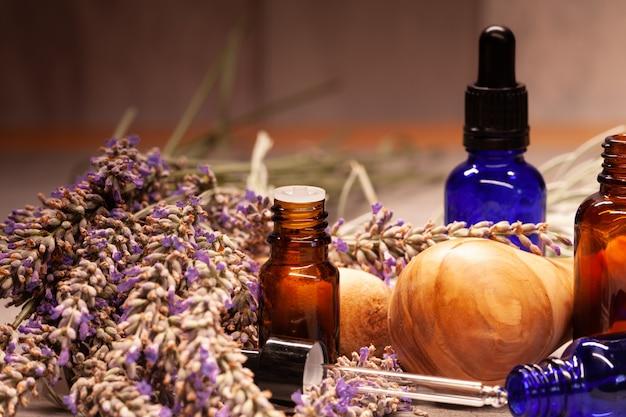 Mortero de lavanda y botellas de aceites esenciales para aromaterapia