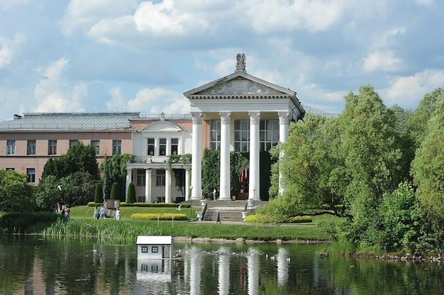 Moscú, rusia - 14 de junio de 2021: antigua casa solariega en el parque del jardín botánico principal de moscú