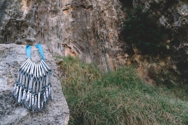 Mosquetones en roca
