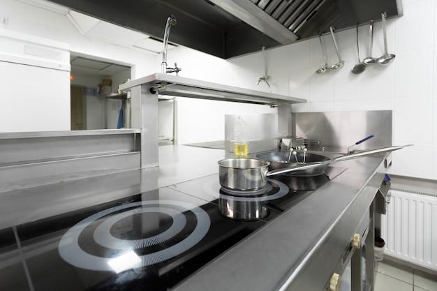 Mostrador de estufa en la cocina de un restaurante moderno