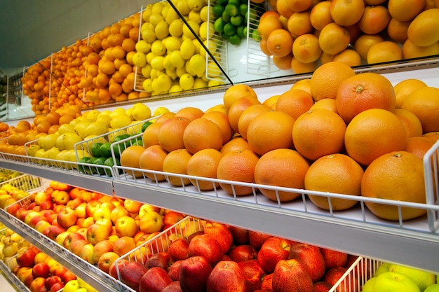 Mostrador con fruta en supermercado