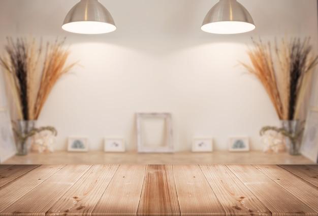 Mostrador de mesa de madera con galería de desenfoque sala de estar