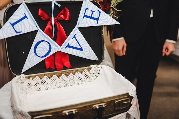 Mostrador de recepción para bodas con cofre para regalos.