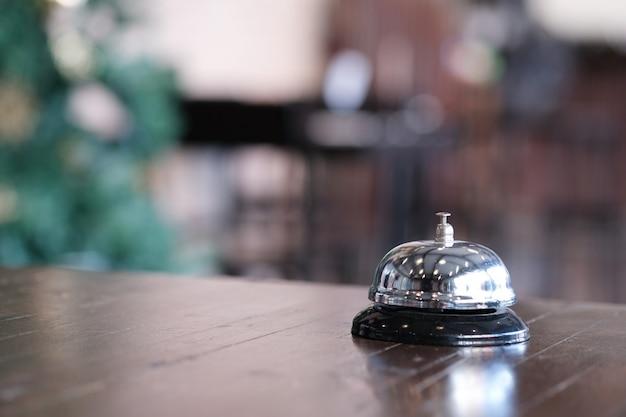 Mostrador de recepción del hotel con timbre de servicio.