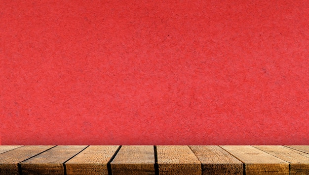 Mostrador de tabla de estante de tablero de madera con espacio de copia para telón de fondo publicitario y fondo con fondo de pared de papel rojo,