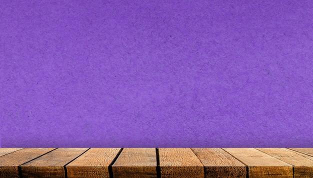 Mostrador de tabla de estante de tablero de madera de pantalla vacía con espacio de copia para telón de fondo publicitario y fondo con fondo de pared de papel púrpura