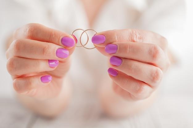 Mostrando anillos de boda. canción de amor