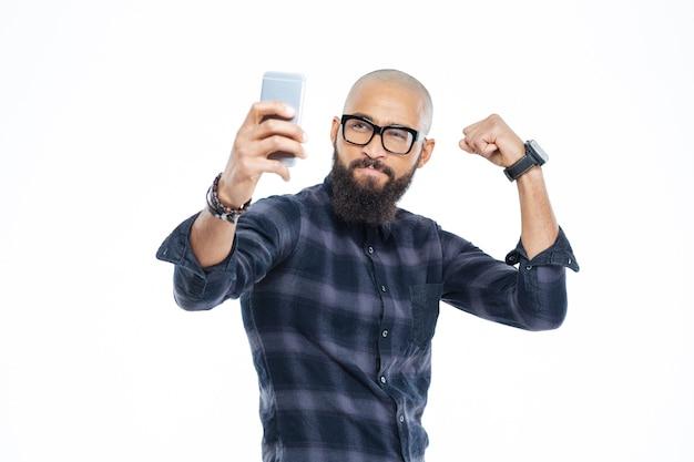 Mostrando bíceps y haciendo selfie