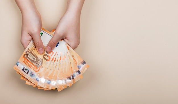 Mostrando el concepto de billetes