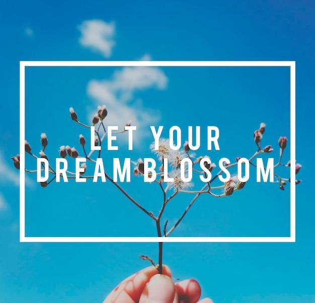 La motivación de la vida inspira una cita de vibraciones positivas sobre fondo de flores y cielo azul