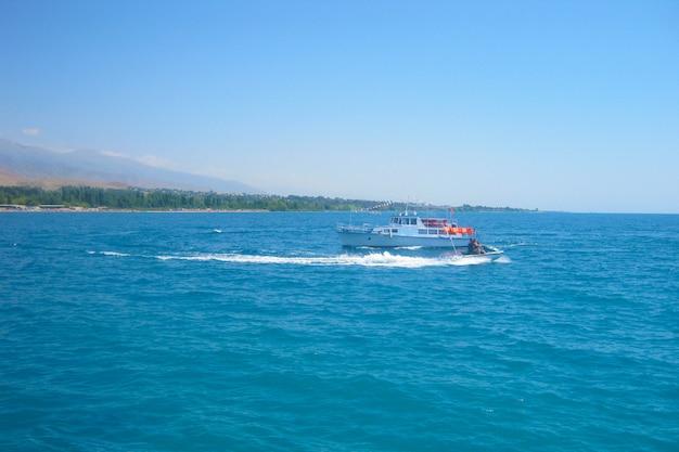 Moto acuática y barco a motor