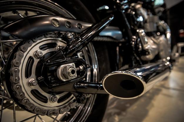 Moto negra en el salón lista para un rápido viaje en autopista