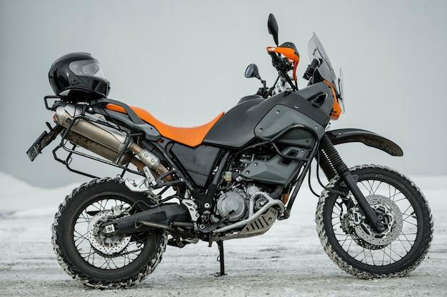 Motocicleta con casco