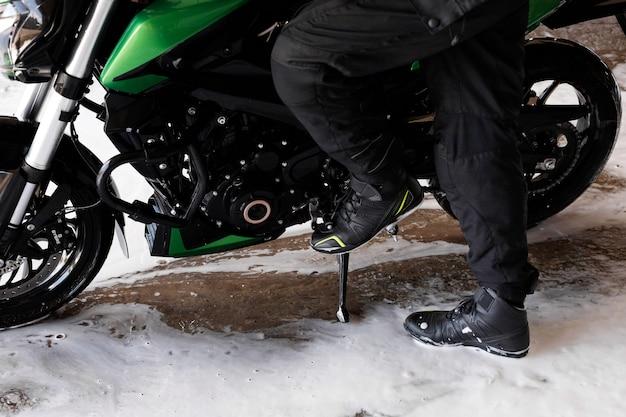 Motocicleta y ciclista en primer plano de lavado de coches