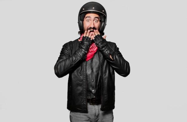 Motociclista asustado y conmocionado