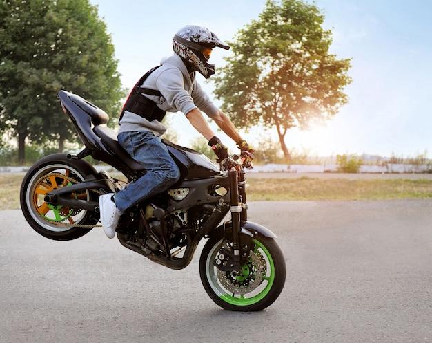 Motociclista montando motocicleta