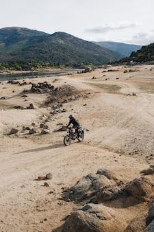 Motociclista en pista de grava todo terreno