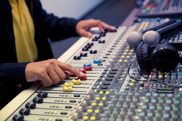 El motor ajusta el volumen de la diapositiva en el mezclador de sonido.