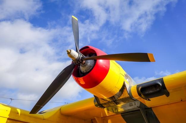 Motor de avión antiguo y detalle de hélice