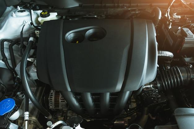Motor del coche en el centro de servicio para el cliente.