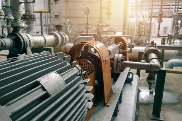 Motor industrial y tubería en fábrica