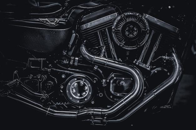 Motor de motocicleta, tubos de escape, fotografía artística en tono vintage blanco y negro