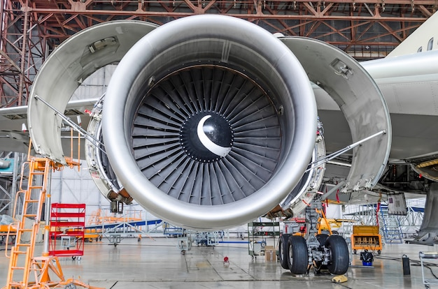 Motor a reacción abierto y listo para mantenimiento dentro del hangar