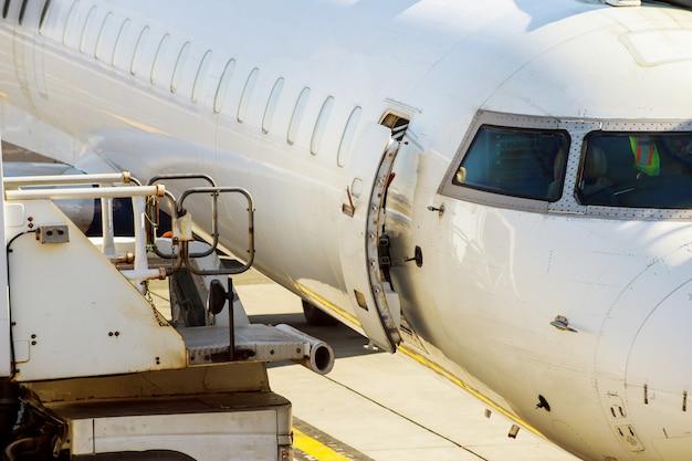 Motor a reacción contra un avión en el aeropuerto al cargar