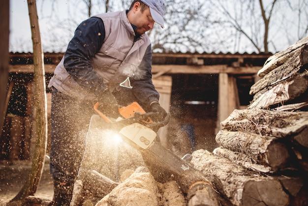 Motosierra en acción cortando madera.