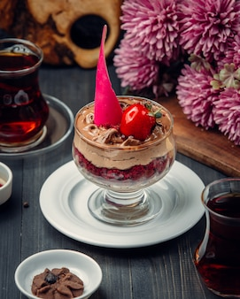 Mousse de chocolate con fresa dentro del vidrio.