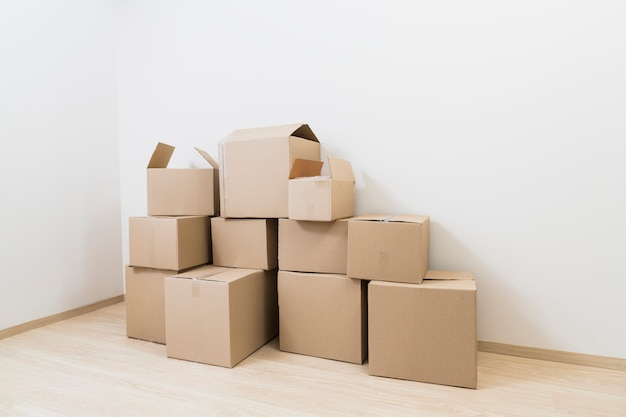 Mover cajas de cartón en la esquina de la nueva habitación.
