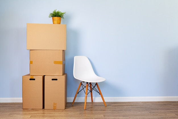 Mover cajas con cosas empacadas y silla para mover