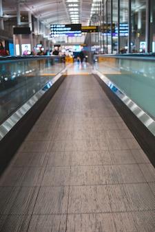Mover piso eléctrico en aeropuerto