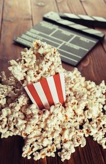 Movie clapper board en palomitas de maíz