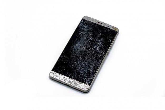 El móvil se cae hasta que la pantalla se agrieta y el cuerpo se dobla. con aislados