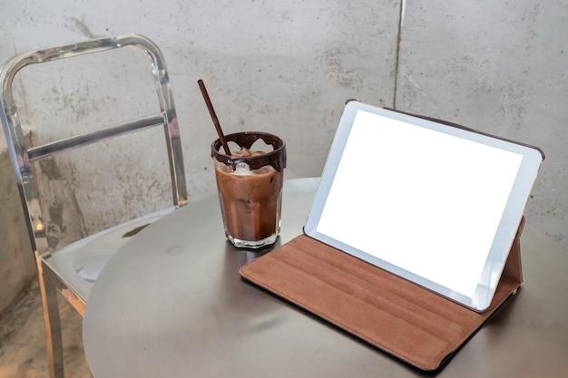 Móvil trabajando en cafetería con tableta