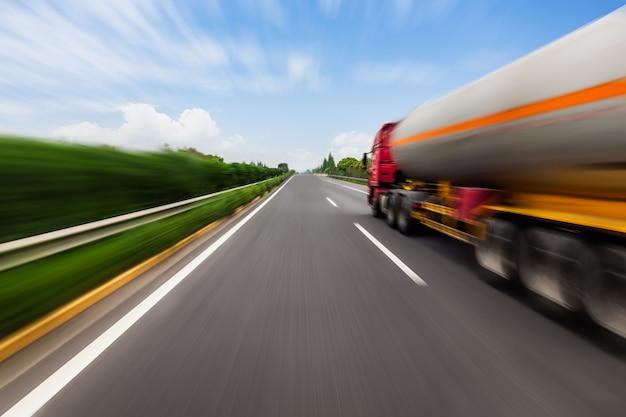 Movimiento borrosa camión cisterna en la carretera. concepto de industria química y contaminación.