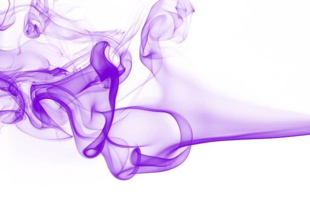 Movimiento del extracto de humo púrpura sobre fondo blanco