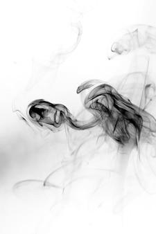 Movimiento tóxico de humo sobre un fondo blanco.