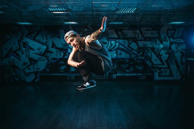 Movimientos de breakdance, ejecutante en estudio de danza