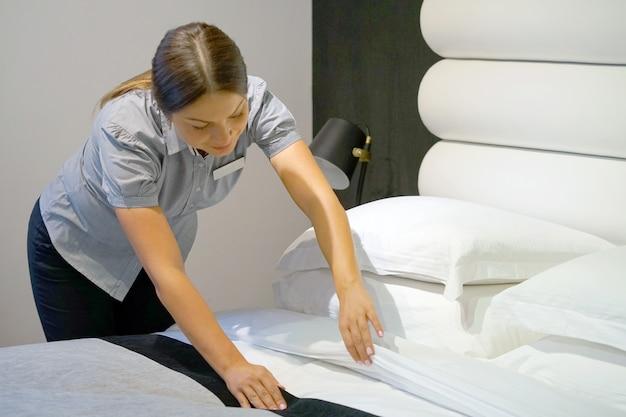 Mucama haciendo cama