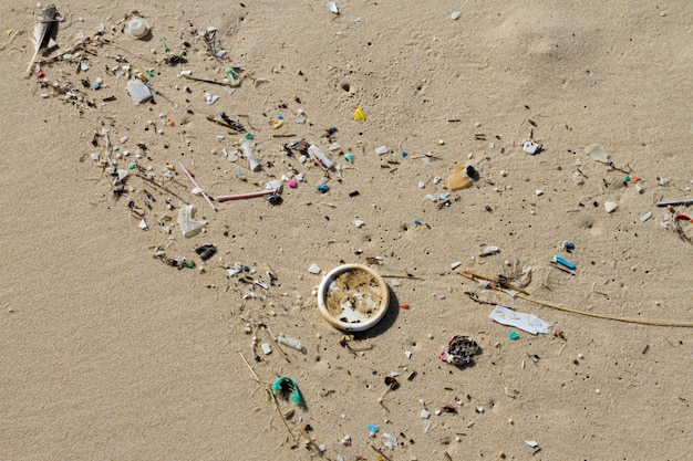 Mucha basura arrastrada a la orilla de la playa