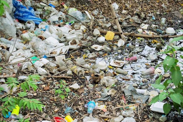Mucha basura en el río como resultado el medio ambiente se destruye.