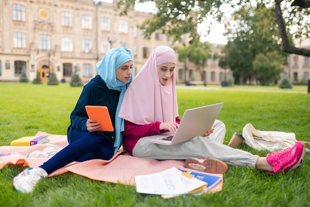Mucha tarea. estudiantes musulmanes ocupados que se sienten sobrecargados por tener demasiada tarea