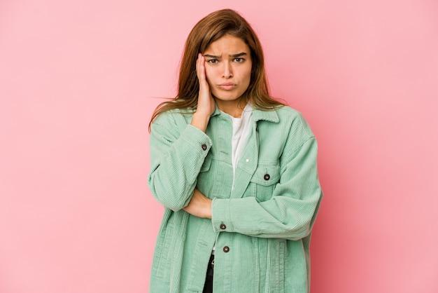 La muchacha del adolescente caucásico flaco joven sopla las mejillas, tiene expresión cansada. concepto de expresión facial.