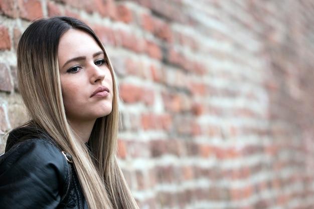 Muchacha adolescente deprimida triste al aire libre. chica pensativa